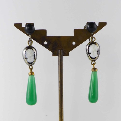 Art nouveau ear screw with glass jambs and green pampels