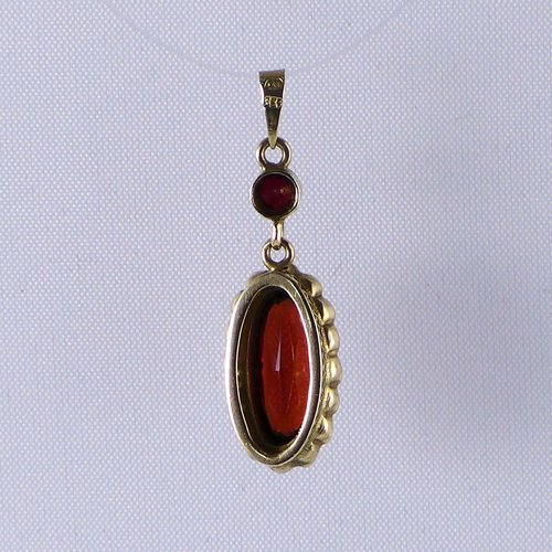 Oval garnet pendant in gold around 1890