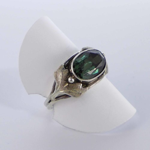 Leaf ring with bottle green stone