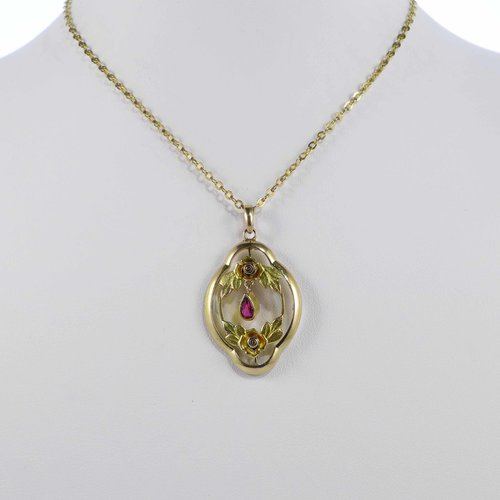 Art Nouveau pendant with roses in gold doublé